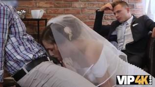 La bellezza in abito da sposa succhia il cazzo dello sconosciuto e si fa scopare